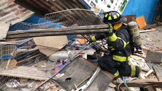 Explosión de tanque de helio destruye fábrica de juguete y afecta casas en Quito