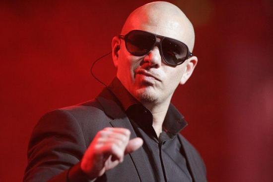 Pitbull rendirá homenaje a personal de emergencia y actuará con algunos de ellos en los Latin Grammy