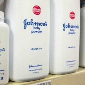 Juez reduce la indemnización de Johnson & Johnson a mujer que desarrolló cáncer
