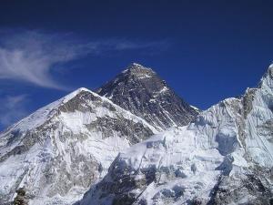 Científicos encuentran microplásticos en muestras de nieve del Everest