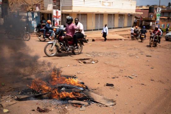 Policía de Uganda libera a Wine y confirma al menos 37 muertos en disturbios