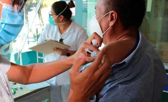 Perú confía en vacunar a 24 millones de adultos antes de elecciones de abril
