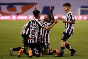 Santos aprovecha fragilidad de Liga de Quito y se acerca a los cuartos de final