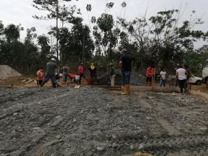 Autoridades y comunidad trabajan en la cancha de Ciudad de Loja