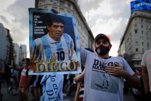 Los hinchas dejan de lado su rivalidad para despedir a Maradona
