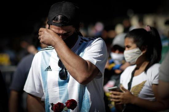 Posponen tres partidos de la Liga argentina por la muerte de Maradona