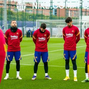 Minuto de silencio por Maradona en el entrenamiento del Barcelona