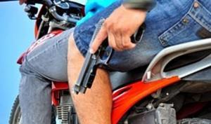 Delincuentes armados le roban la moto a un hombre cuando iba al trabajo