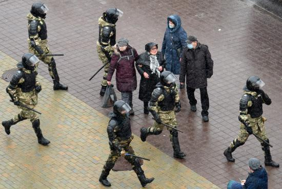 Más de 300 detenidos en una nueva protesta de bielorrusos contra Lukashenko