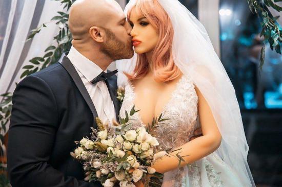 Se casó con una muñeca de silicona en una boda con ''todas las de ley''
