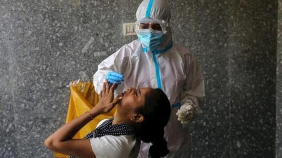 Demandan al ministro de Salud de Colombia por no exigir prueba de COVID-19 a los viajeros