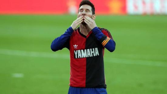 Amonestan a Messi y lo sancionan con 600 euros por su homenaje a Maradona