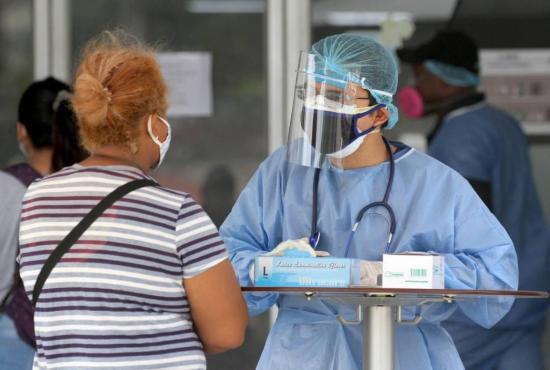 Ecuador inicia la contratación permanente de 12.000 empleados de la salud