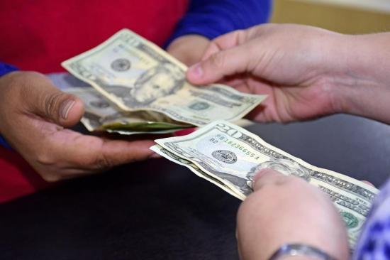 El décimo tercer sueldo moverá $102 millones menos este año en Ecuador