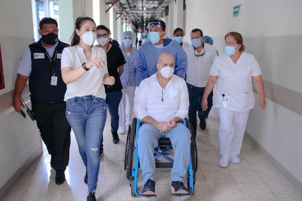 Alcalde de Manta, Agustín Intriago, recibe terapia respiratoria