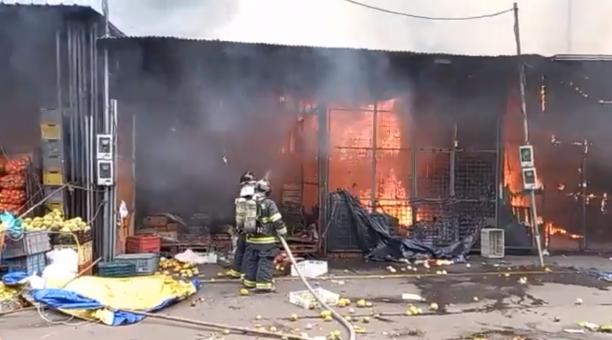 Comerciantes afectados por incendio en mercado de Quito serán reubicados