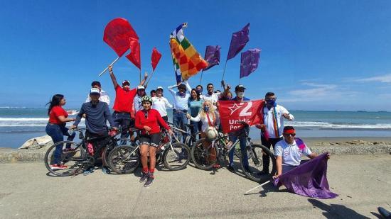 El candidato presidencial Yaku Pérez recorre Manta en bicicleta