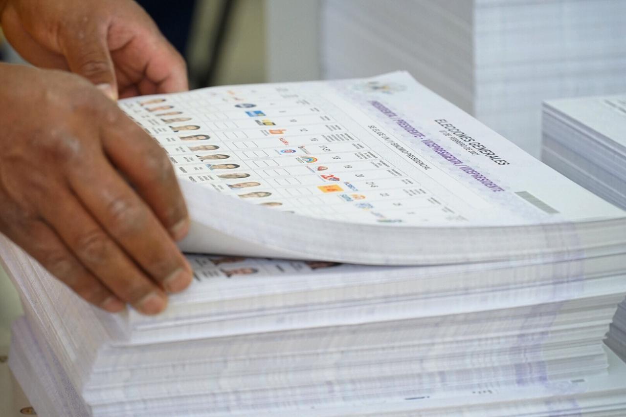 Candidato a la presidencia de Ecuador advierte de error en papeletas