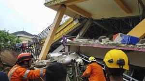 Al menos 34 muertos y más de 600 heridos tras un fuerte terremoto en Indonesia