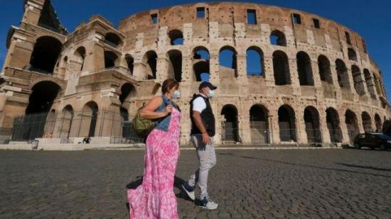 Italia registra 8.824 contagios y 377 muertos con muchas regiones en alerta