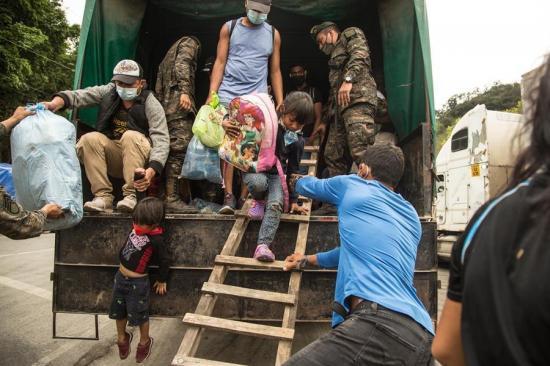 Migrantes hondureños vuelven abatidos a su país, tras un fallido intento por llegar a EE.UU.