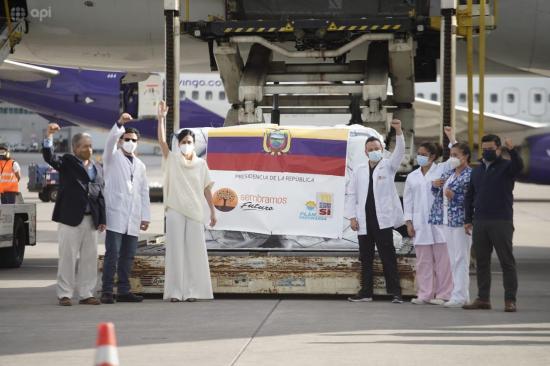 El primer cargamento con 8.000 dosis de la vacuna contra la COVID-19 arribó a Ecuador la tarde de este miércoles