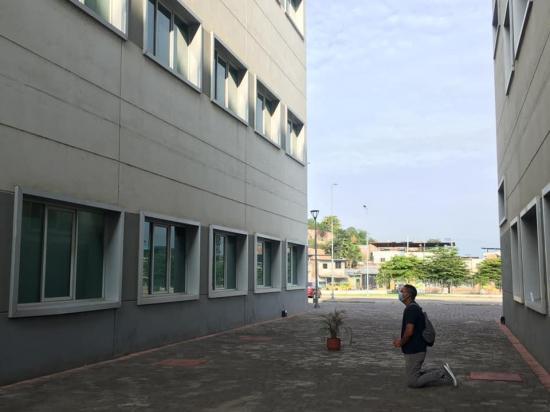 Hombre acude todos los días al Hospital de Especialidades Portoviejo a orar por su esposa