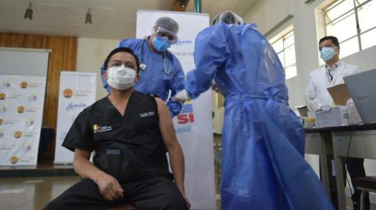 Ecuador reajusta el plan piloto de vacunación tras denuncias por no tener en cuenta a algunos médicos