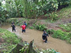 Piden ayuda a moradores de las riberas del río La Esperanza para localizar al niño que cayó a alcantarilla