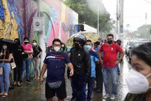 La lluvia en Manabí genera incomodidad en quienes acuden a votar