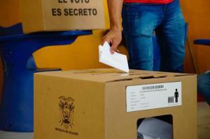 Candidatos también cumplen con su derecho al voto