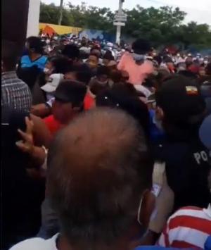 Votantes rompen protocolos de bioseguridad en un recinto electoral de Montecristi