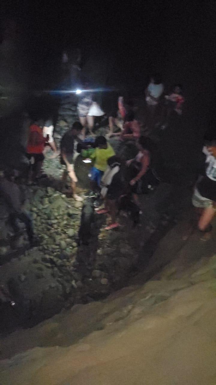 Policía y Bomberos trabajan en el rescate de 12 personas en Ligüiqui