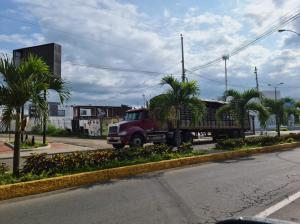 Desmontan contenedores de la plaza de comidas Jama Park, en Portoviejo