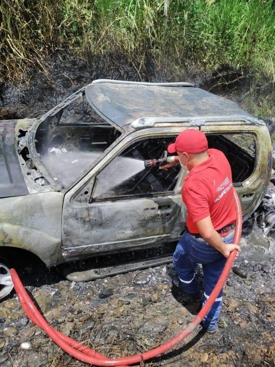 EL CARMEN: Una camioneta se incendia, pero el chofer logra salir