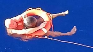 Un náufrago sobrevive 14 horas a la deriva agarrado a 'un trozo de basura'