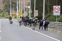 Unos 200 migrantes siguen en las calles del sur de Ecuador para pasar a Perú