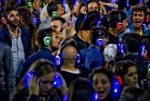 1.100 millones de personas en riesgo de perder la audición por usar auriculares