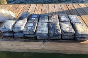 Buzo encuentra en Cayos de Florida una bolsa flotando con fardos de cocaína