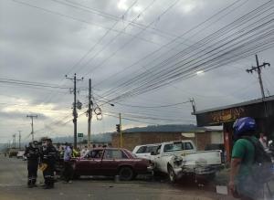 Colisión deja cinco carros con daños materiales, en Portoviejo
