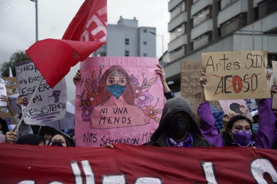 Ni la lluvia frenó el ímpetu de la marcha contra el patriarcado y el femicidio en Ecuador