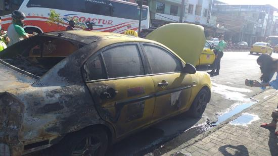 Taxi se incendia en la avenida 15 de Abril de Portoviejo